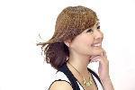 女性が髪なびく